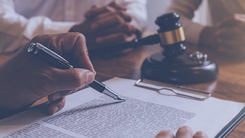 imagem de um advogado assinando um contrato