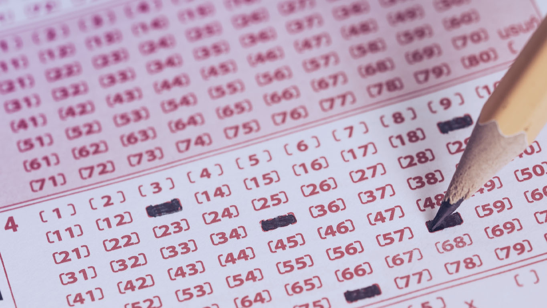 lápis marcando números em um bilhete de loteria