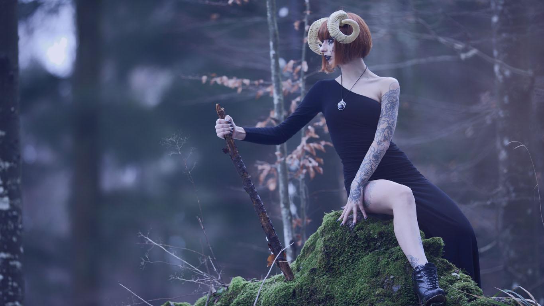 Nomes dos signos: Mulher utilizando cosplay do signo de áries
