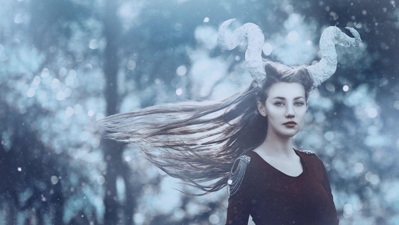 Mulher utilizando fantasia do signo de capricórnio