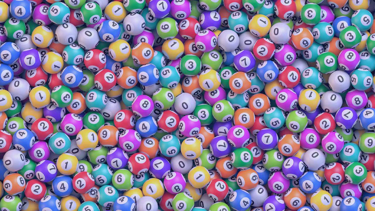 Pilha de bolas de loteria multicoloridas. Muitas bolas de bingo com números. Fundo realista do vetor